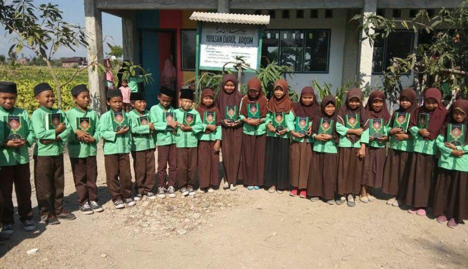 Penyaluran Mushaf Al-Qur'an Pesantren Sahabul khairi Darul Arqom Lombok